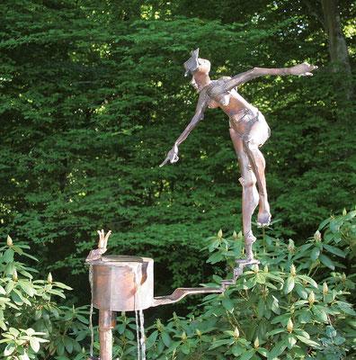 NÖTIGUNG, Wasserspiel/Bronze, 180 cm Höhe, 2007