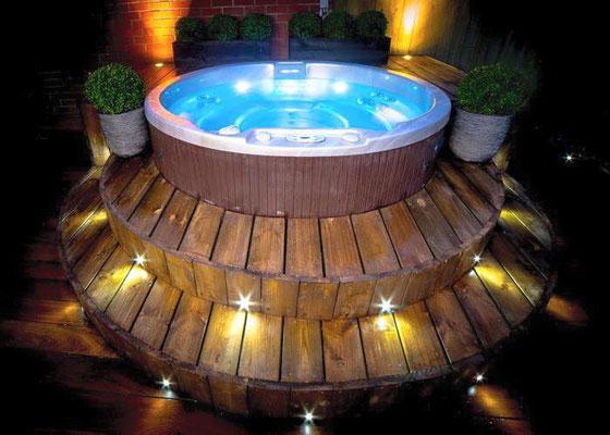 Hot tubs mit Holzterrasse