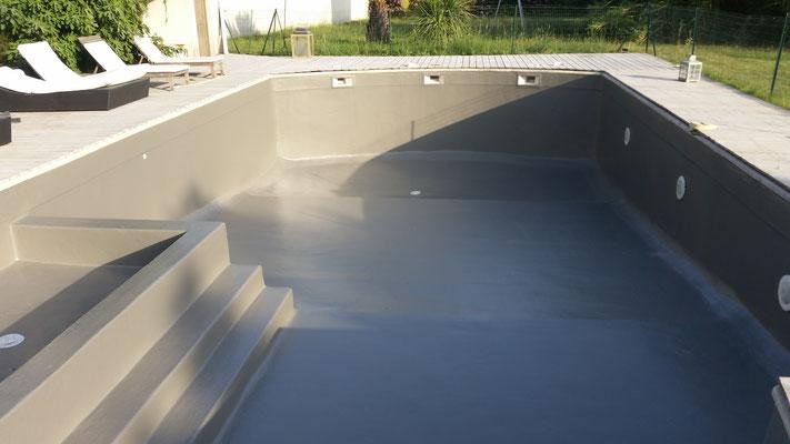 Revêtement polyester piscine gris béton