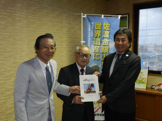 (左から)山本生活安心部会長、城野会長、三浦市長