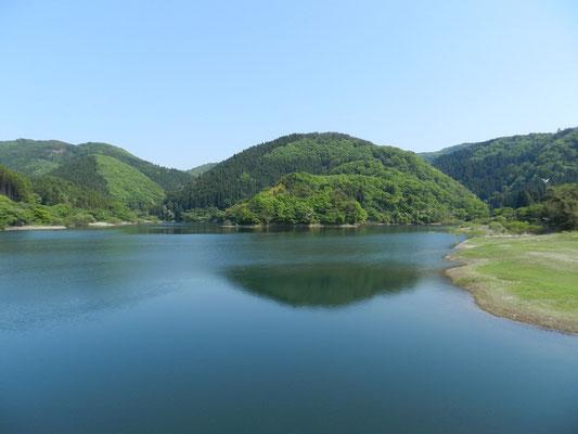 新穂ダム湖面