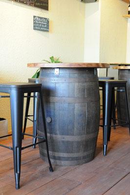 樽を使ったテーブルは立ち飲みにピッタリ。