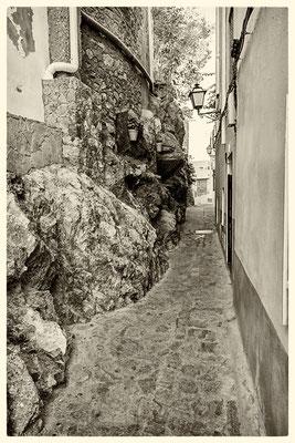 Tra le bianche case e la roccia