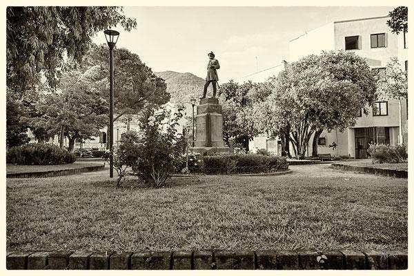 La statua di Carlo Pisacane nella villa comunale