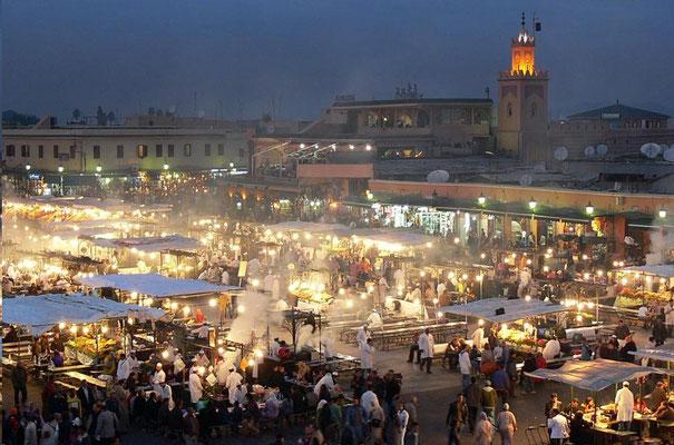 La fête sur la place jemâa El Fna de Marrakech