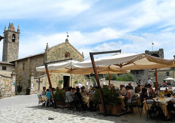 モンテリッジョーニ 村の広場