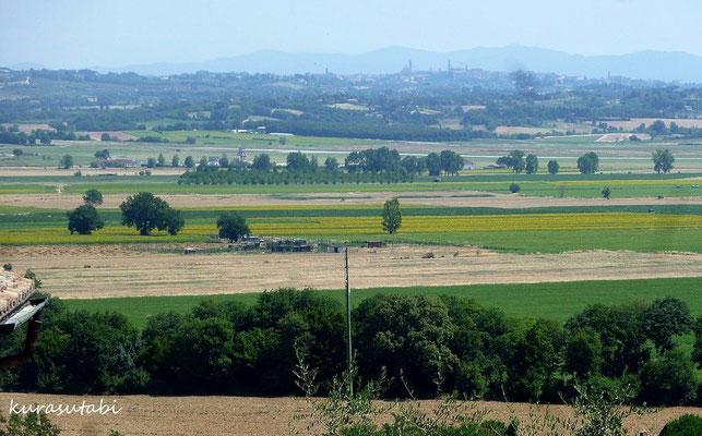 晴天時には遠くにシエナの街がみえる トスカーナ修道院めぐり