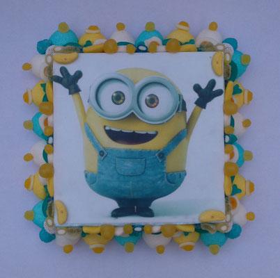 gâteau minion 30 € (env. 742 gr et 126 bonbons - 30x30x10 cm)