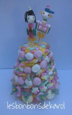 les mariés 58 € (env. 1240 gr et 207 bonbons + 2 m tresse + 9 feuilles azyme -diam.28 et ht 45 cm)