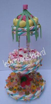 carrousel géant 75 € (env. 2260 gr et 491 bonbons + 8 m tresse + 3 colliers + 4 boules coco - diam 36 ht 66 cm)