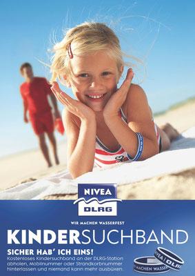 An vielen deutschen Stränden erhalten Kinder von der DLRG das Kindersuchband, auf dem sie Strandkorbnummer der Eltern eingetragen ist.