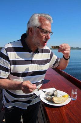 Ihr Kreuzfahrtberater Helmut Singer beim Austern verkosten an Bord der MS Amadea...