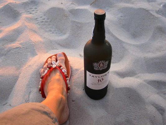 Portweine am Strand von Portugal trinken...