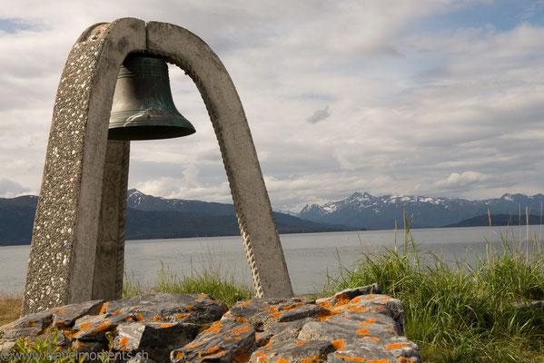 Homer Spit, Glocke zum gedenken toter Seefahrer