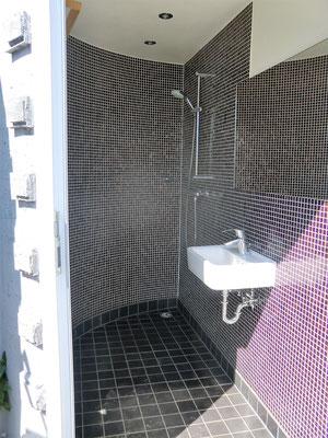 Dusche und Waschbecken
