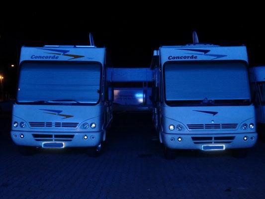 In Wiesbaden standen unter blauer Leuchtreklame
