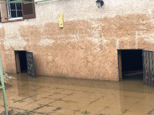 Trace de la hauteur de l'eau sur la maison d'un ami dont on a néttoyé le premier niveau...