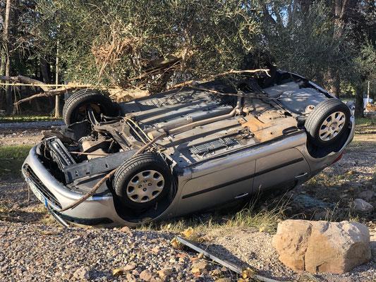 Une des voitures a même été retournée par la violence des flots