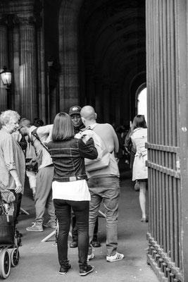 Fouilles systématiques avant de pénétrer sur l'esplanade de la pyramide du Louvre