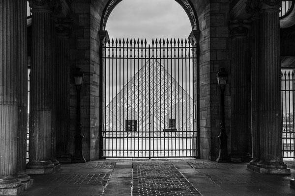 Comme beaucoup de monuments parisiens, la pyramide du Louvre est délaissée par les touristes