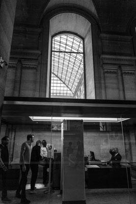 Sas de sécurité avant d'entrer dans la cour du Louvre