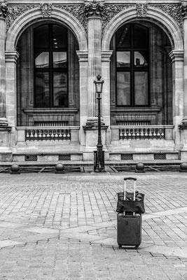 Une valise semble abandonnée