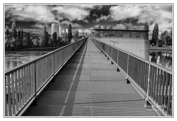 <b>Schattenlinie</b><br> Schleuse Offenbach   ©Reiner Gruhle