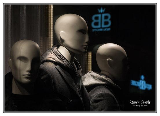 <b>Die Welt ist ... grau</b><br> Schaufensterpuppen in Darmstadt   ©Reiner Gruhle
