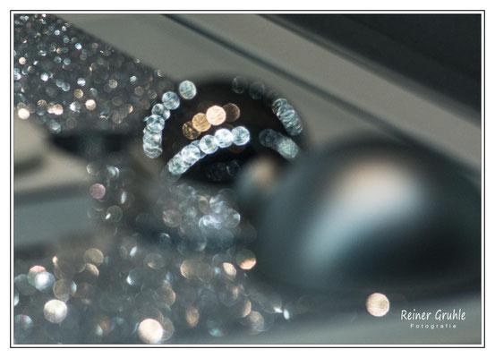 """<b>Glitzernd</b><br> Schaufensterauslage defokussiert (aus der Serie """"irgendwie unscharf"""")   ©Reiner Gruhle"""