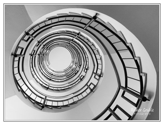<b>Hoteltreppe</b><br> Treppenhaus eines Münchner Hotels   ©Reiner Gruhle