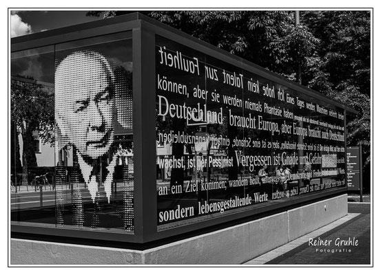 <b>Einander brauchen</b><br> U-Bahn-Haltestelle an der Bundeskunsthalle in Bonn. Entstanden beim Clubausflug mit dem Fotoclub Ried.   ©Reiner Gruhle