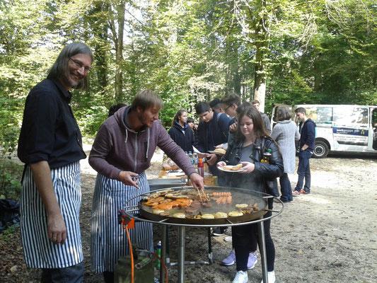 Grillfest der neuen IK-Schüler der Geschwister-Scholl-Schule mit ihren Paten