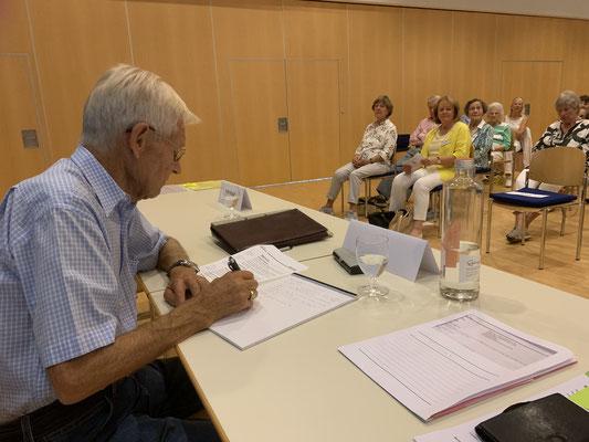 Hansueli Grimm schreibt das Protokoll