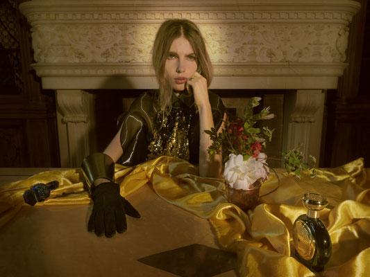 Haut Sina Noori, manchette Ammunition Couture, cravate TheTiega de Atelier Louise Austin, parfum Bodicea The Victorious