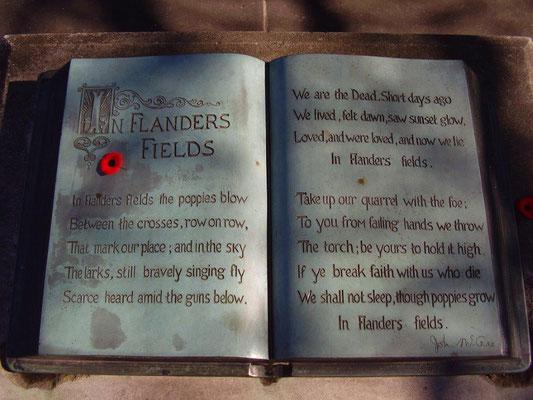Le poème est inscrit sur un livre en bronze, visible au Mémorial de John Mc Crae, à Guelph - Ontario, Canada