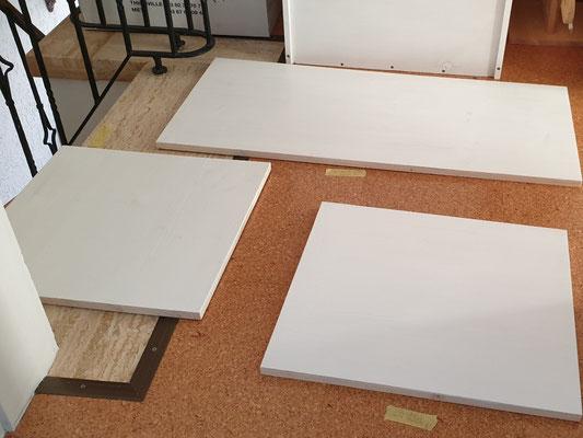 Hier trocknen die Teile vor dem Nähzimmer, um dann auf der anderen Seite lackiert zu werden (die Arbeitsaufträge kleben stets dabei).