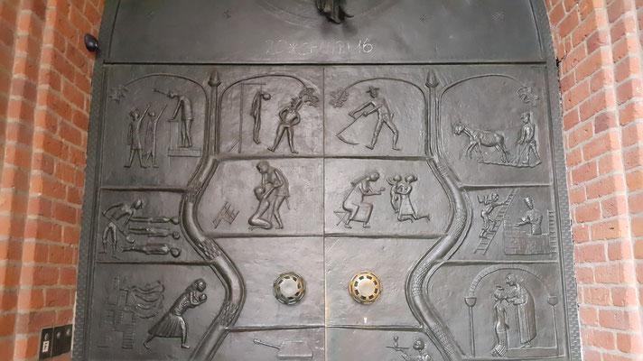Двери главного собора Ганновера изображают грехи человеческие в виде свастик и танков, Ганновер, 2015