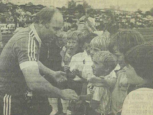 Uwe Seeler mit dem Berger Nachwuchs