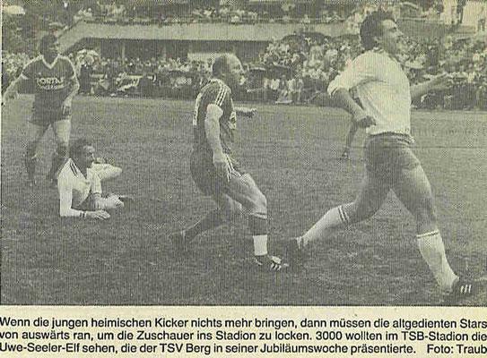 Uwe Seeler hinter Pietro Belegoi (Mochenwangen)