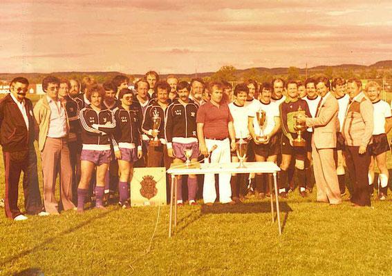 Siegerehrung Schussenpokal in Berg 1980 / Landrat Blaser übergibt den Pokal an den SV Oberzell, der TSV Berg wurde Zweiter- in der Mitte Turnierleiter Roland Roos am Mikrofon