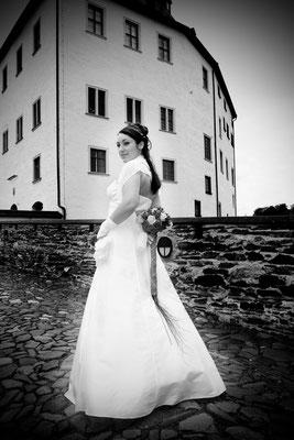 Braut vor dem Schloss Burgk    by www.ihr-besonderer-tag.de