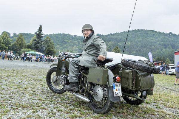 """zwar nicht stilecht aber interessant: russisches Dneprgespann mit """"Ami"""" als Fahrer"""