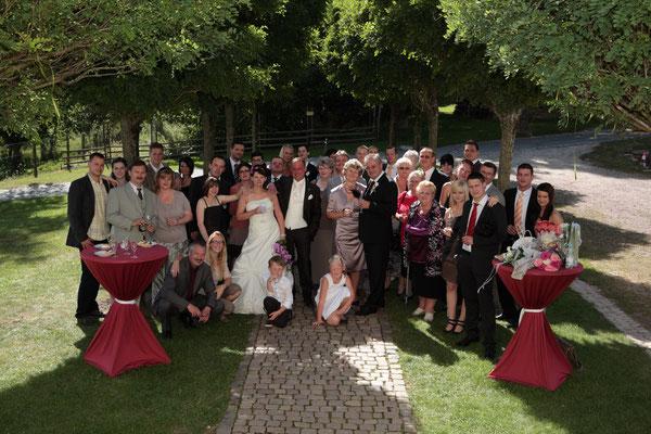 Hochzeitsgesellschaft vor der Kirche Franken