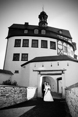 Brautpaar vor dem Schloss Burgk    by www.ihr-besonderer-tag.de