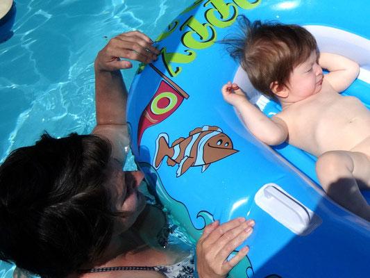 Nico relaxed im Schlauchboot!