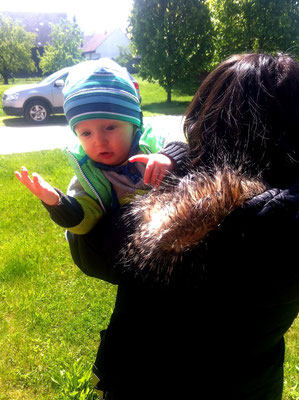 Noah auf Omas Arm diskutieren