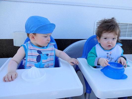 Noah & Nico warten auf das Frühstück!