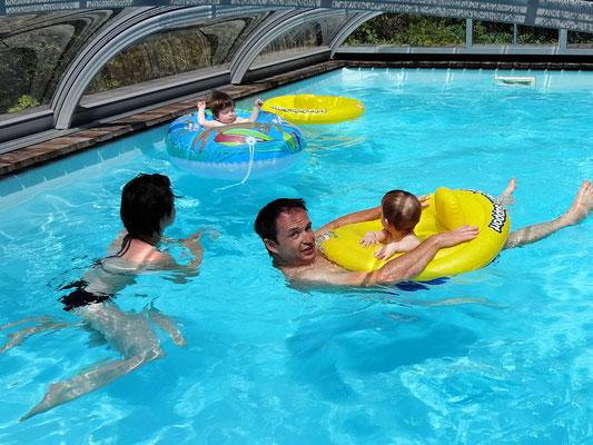 Mami und Papi habe mit uns sichtlich Spaß im Pool!
