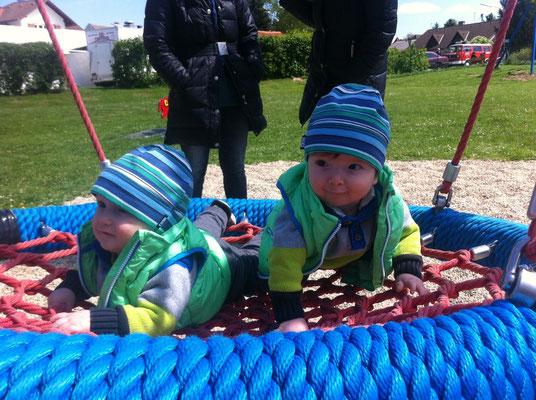 Noah & Nico in der Spielplatzschaukel