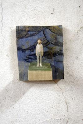 kleine Figur vor blauer Fläche  I  Lindenholz, bemalt  I  Privatbesitz